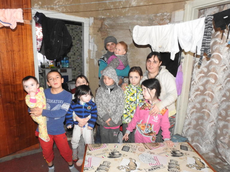 Large family of Tetiana Asmanova and Kateryna Yakovenko.  Nikita and Volodymyr, Olha and Natalia, Veronika and Vladyslav, Daniela and Mariia. Photo: Violetta Shemet/The Norwegian Refugee Council (NRC)