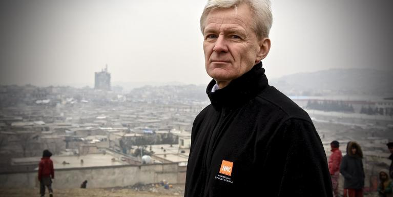 Jan Egeland visited an informal site in Kabul where 144 displaced families live. Most of the people living in this site are displaced from their homes in Nangarhar and were displaced due to conflict.  NRC has supported the families living here with building houses, latrines and water pumps.   Photo: Becky Bakr Abdulla/NRC
